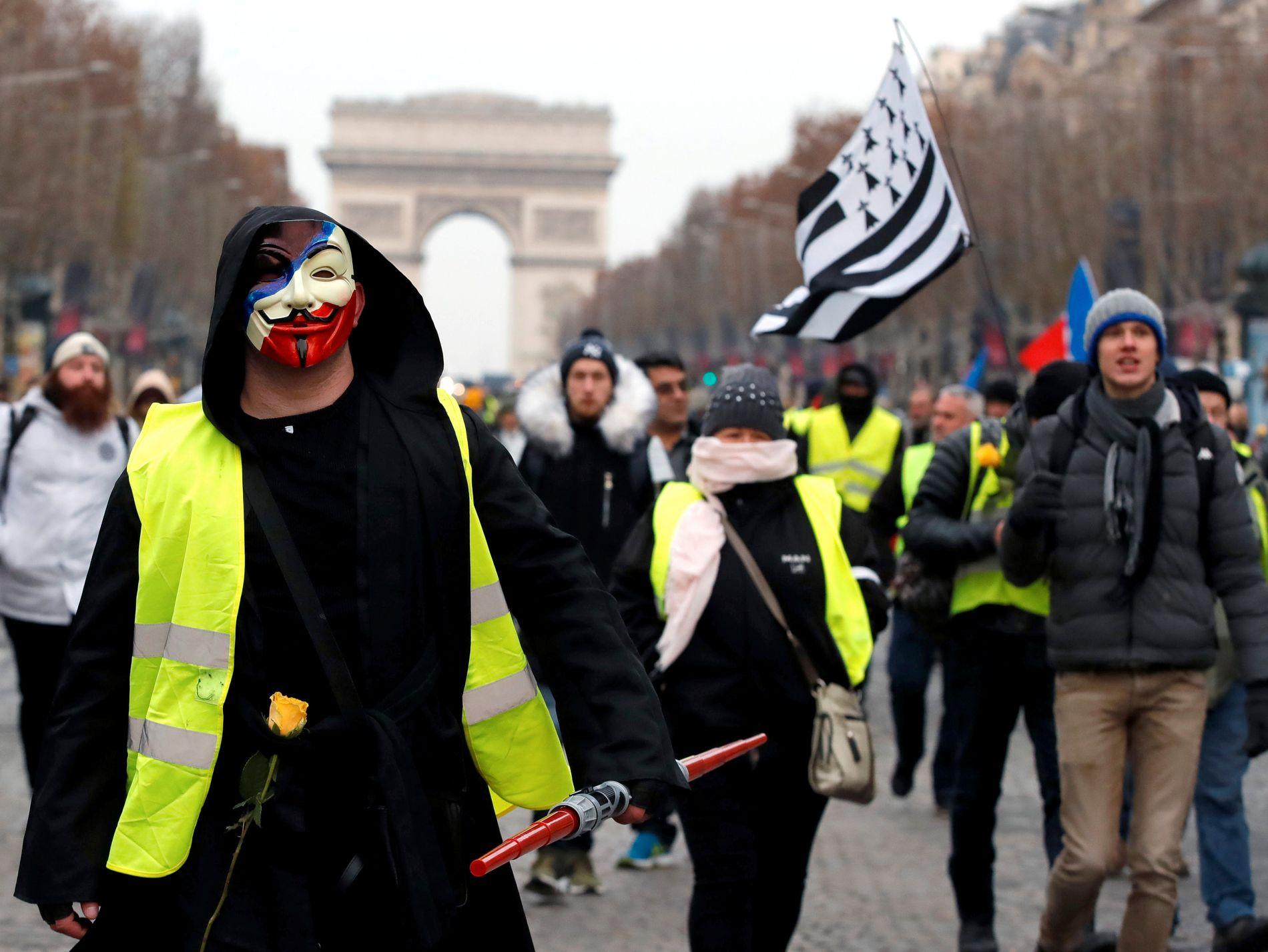 MARSJERER IGJEN: Demonstranter med de gule vestene marsjerer i Paris lørdag. Det er varslet demonstrasjoner over hele landet i dag.
