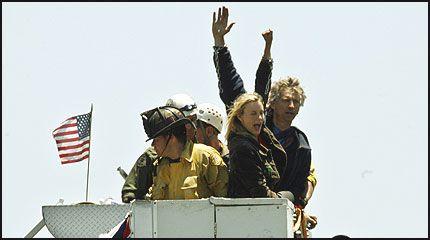 STOLTE AV PROTESTEN: Daryl Hannah og aktivist John Quigley vinker til de skuelystne da de heises ned fra treet. Foto: AP