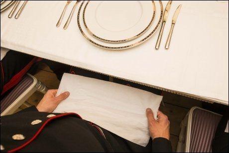 I FANGET: Straks etter at man har satt seg, tar man servietten, bretter den ut i full lengde, men ikke i bredden, og legger den over fanget.