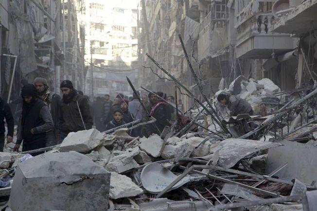 RUINER: Innbyggere i Aleppo ser på skadene etter et angrep mot det opprørskontrollerte bydelen Al-Shaar.