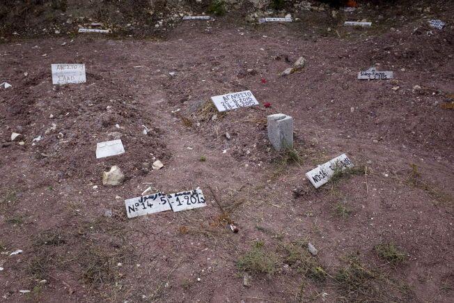 FLYKTNINGKIRKEGÅRDEN: I flere år har druknede flyktninger blitt lagt i anonyme graver på Lesbos. Noen av dem er bare merket med tall, og datoen de ble gravlagt.