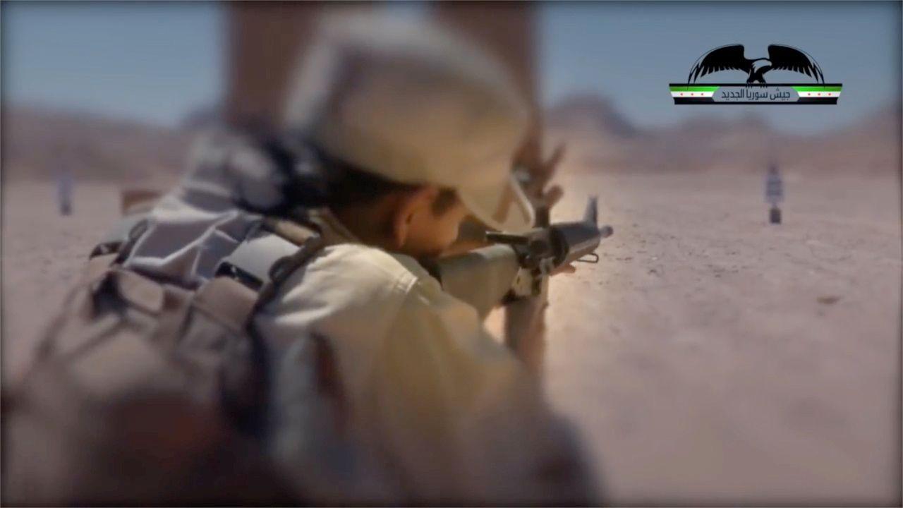 USA-NORSK-STØTTET: En soldat fra New Syrian Army på ukjent sted, trolig i Syria eller nord i Jordan. Gruppen er bedre utstyrt og bedre trent enn andre grupper i det krigsherjede landet.