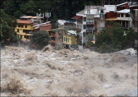 FLOM: Hoteller og andre bygninger står like ved de enorme vannmassene i Aguas Calientes ved Macchu Picchu i Peru. Foto: Reuters
