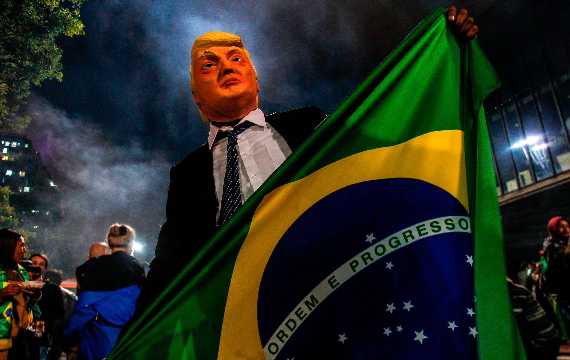 FORBILDE: Sammenligningene med Donald Trump har vært mange i valgkampen, en sammenligning Bolsonaro selv trives med. Sønnen, Eduardo Bolsonaro, har også vært i New York for å søke råd hos Trumps tidligere valgkampstrateg, Stephen Bannon.