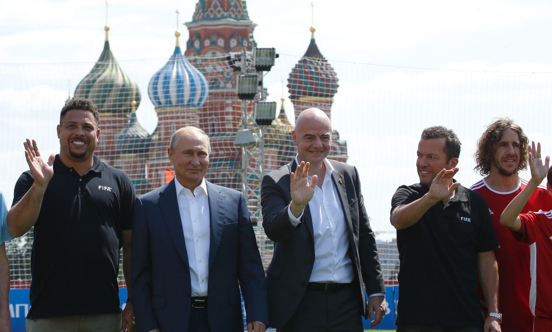 PUTIN-VENNER: Fotball-VM betyr store navn samlet. Her en solid bukett på Den Røde Plass 28. juni: Ronaldo, Russland-president Vladimir Putin, FIFA-president Gianni Infantino, Lothar Matthäus og Carles Puyol.