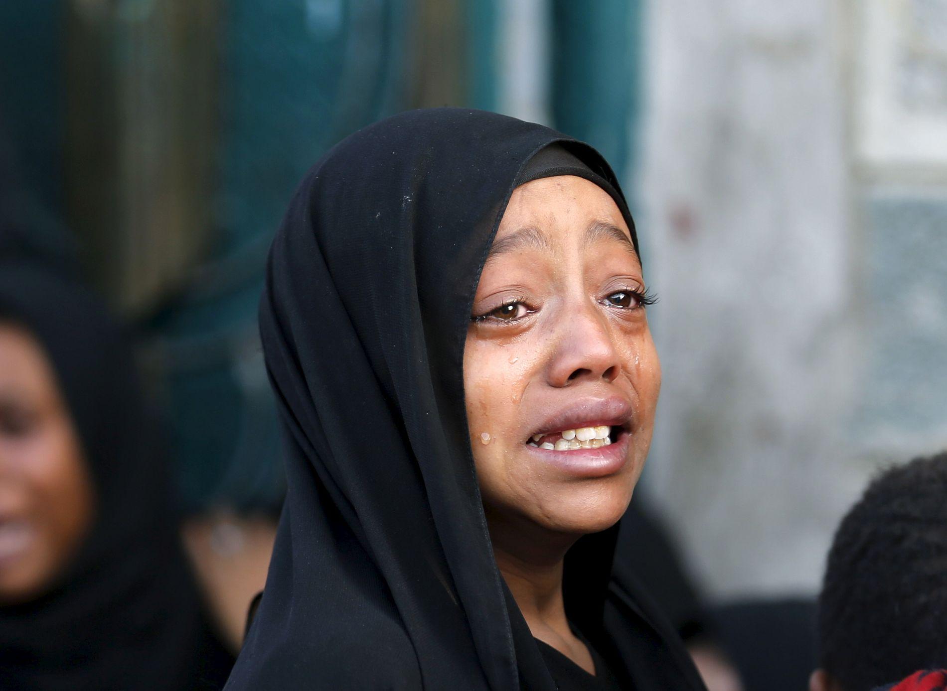 MISTET FAREN: En jente fotografert etter at faren skal ha blitt drept i et luftangrep utført av koalisjonen som kriger i Jemen. Bildet er tatt i hovedstaden Sanaa i 2015.