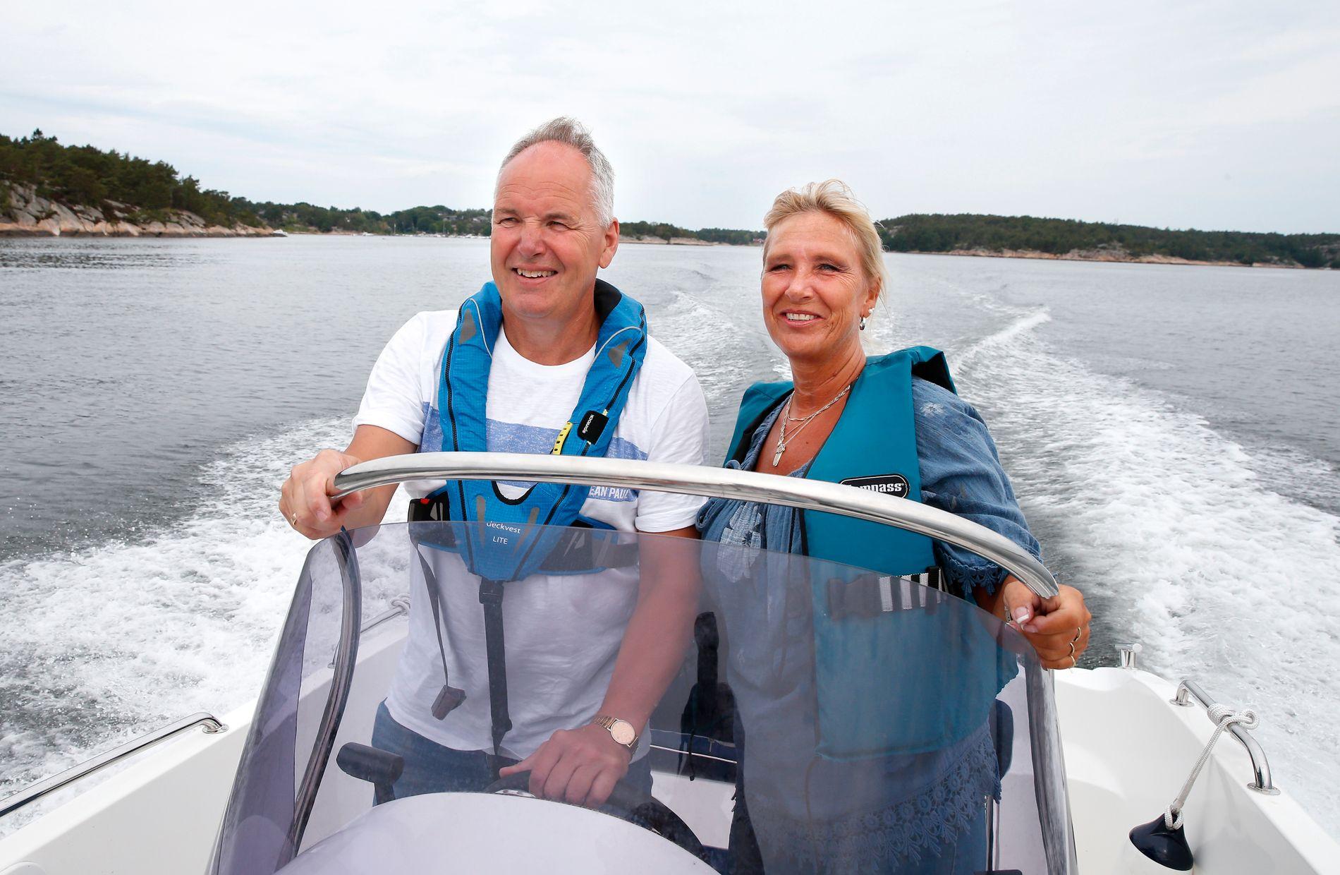 SER LYST UT: Vigdis Helén Brostrøm er per dags dato frisk. Her nyter hun en av sommerens mange båtturer sammen med ektemannen Morten Brostrøm i skjærgården på Hvaler.