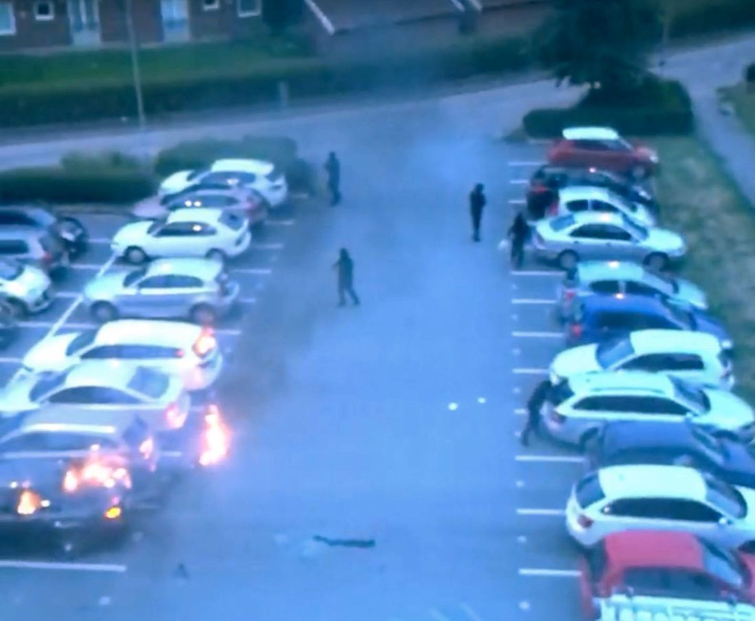 FLERE BILBRANNER: Mørkkledde personer tente på rundt 80 biler i Vest-Sverige mandag kveld i et mistenkt koordinert angrep.