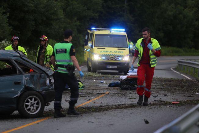 ÅSTEDET: Politiet søker etter en person etter en bilulykke i Verdal. To personer er fraktet til sykehus.