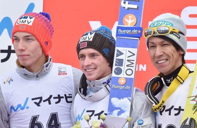TOPP TRE: Anders Fannemel i midten, omkranset av Johann Forfang og japanske Noriaki Kasai etter nattens triumf.