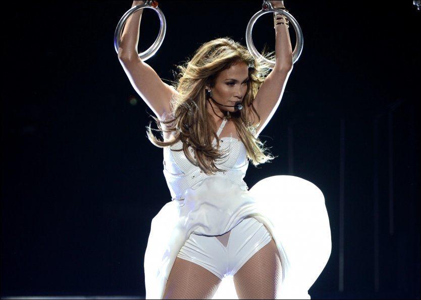 TILBAKE TIL «IDOL»: Her synger Lopez på scenen i finalen av «American Idol» i mai i år. Nå skal hun igjen i dommerstolen. Foto: AFP