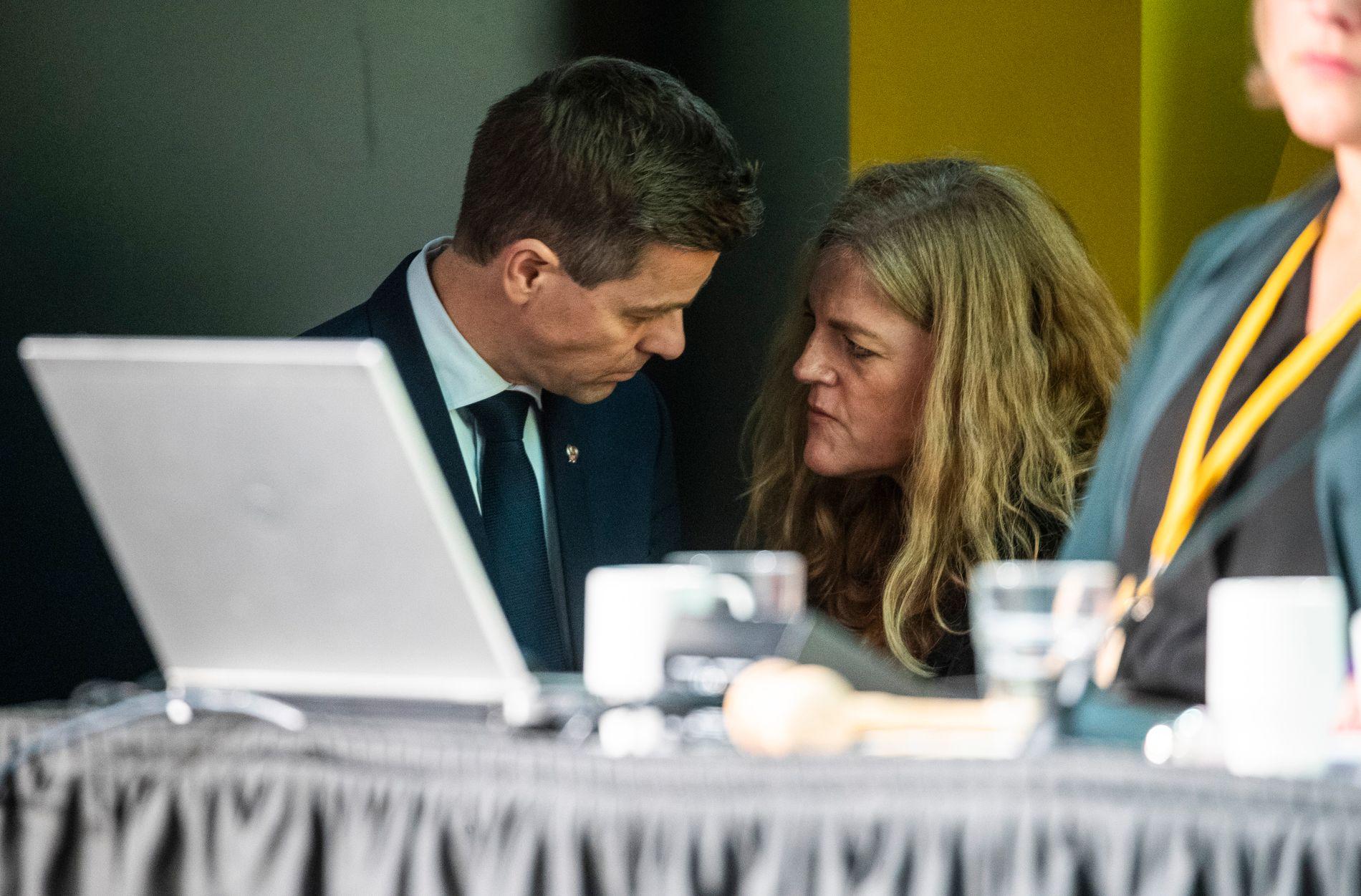 SNAKKET SAMMEN: Leder Knut Arild Hareide i intens samtale med generalsekretær Hilde Frafjord Johnson under KrFs ekstraordinære landsmøte fredag 2. november.