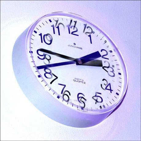 HVILKEN VEI? Vet du hvilken vei klokken skal skrus natt til søndag? Foto: Scanpix