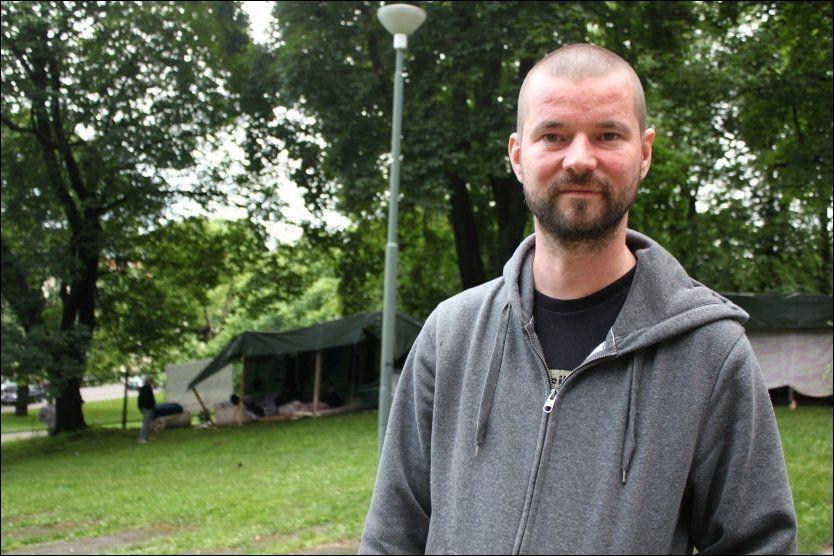 MÅLET ER VELFERD: Bjønnulv Evenrud, redaktør i gatemagasinet Folk er Folk, forteller at målet er velferdspenger når han ansetter romfolket. Foto: Monica Irén Solberg Susegg