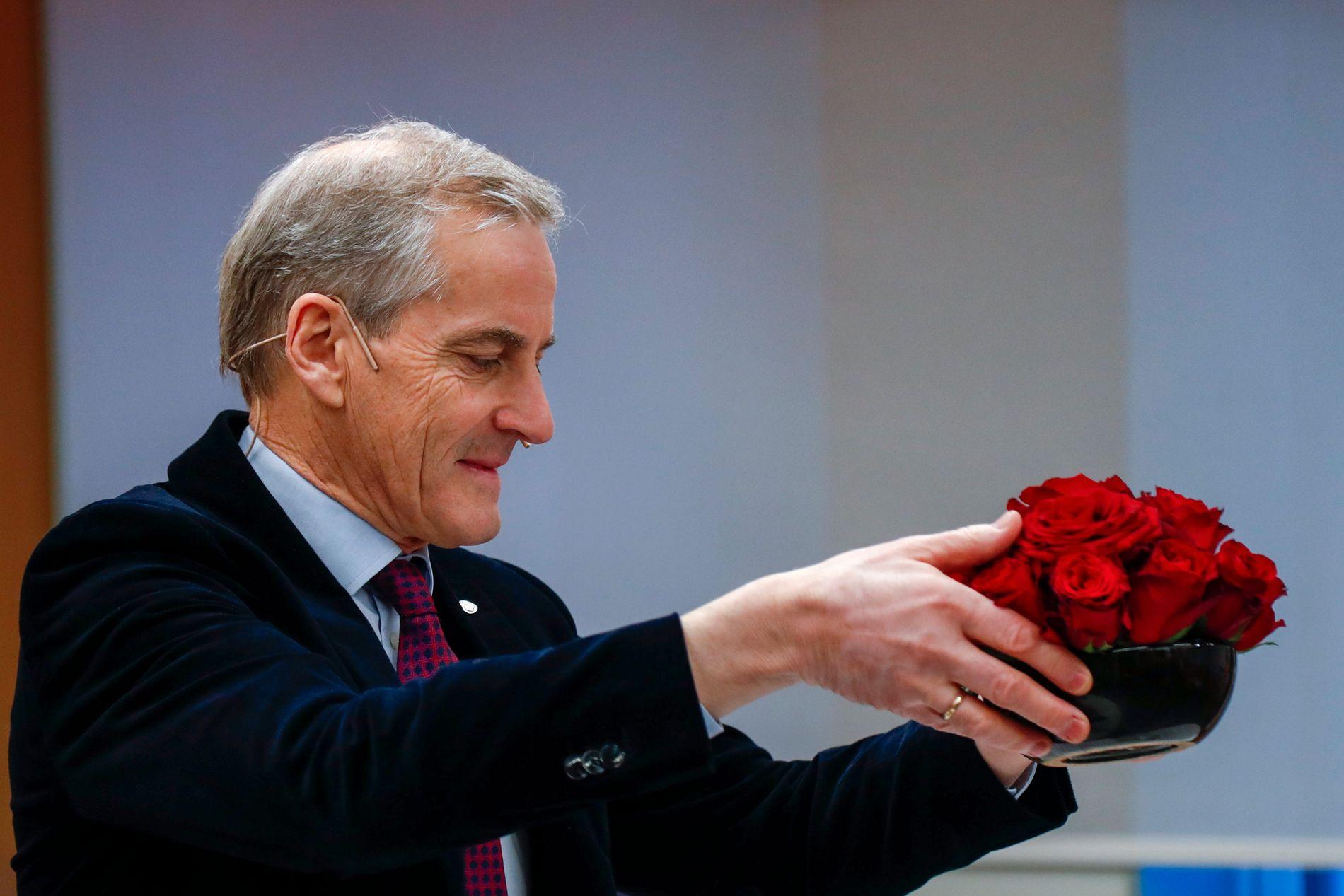 ABORT-VIRKNING: Ap-leder Jonas Gahr Støre advarer mot en stikk motsatt virkning av endringene i abortloven som Erna Solberg har åpnet for. Her flytter han på blomsterpynten på sin pressekonferanse torsdag formiddag.
