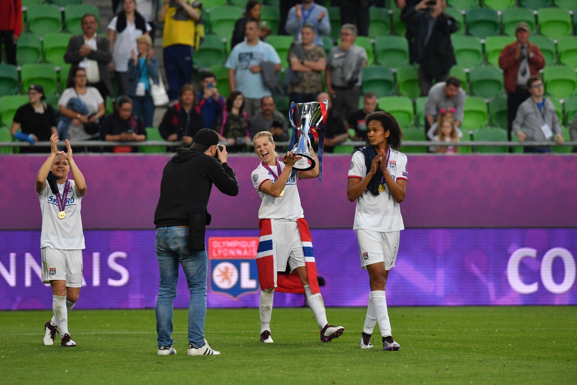LEDERNE: Ada Hegerberg feirer sammen med stopperkjempen og kapteinen Wendie Renard.