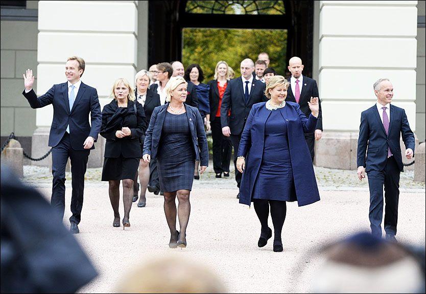 SOLBERGREGJERINGEN: Her kommer den nye regjeringen ut fra Slottet med Erna Solberg og Siv Jensen i spissen. Foto: VGTV