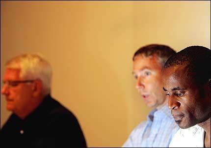 LESTE OPP ERKLÆRING: Her fremstår sprinteren Aham Okeke som en angrende synder på pressekonferansen. Fra venstre friidrettspresident Svein Arne Hansen og generalsekretær Kjetil Hildeskor. Foto: SCANPIX
