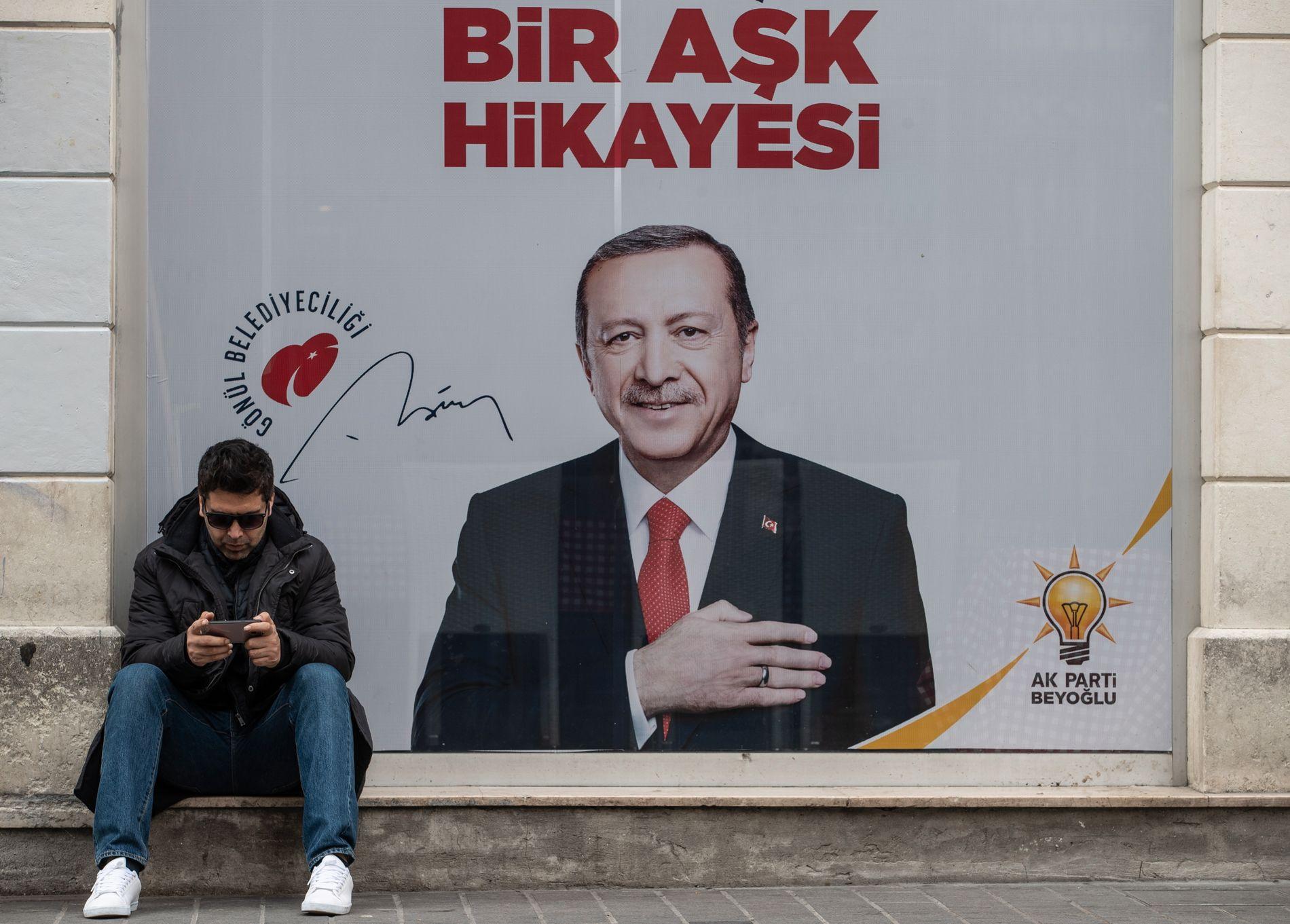 TAPTE: President Recep Tayyip Erdogan avbildet på en plakat i Istanbul, Tyrkias største by. Det var her Erdogan startet sin politiske karriere.