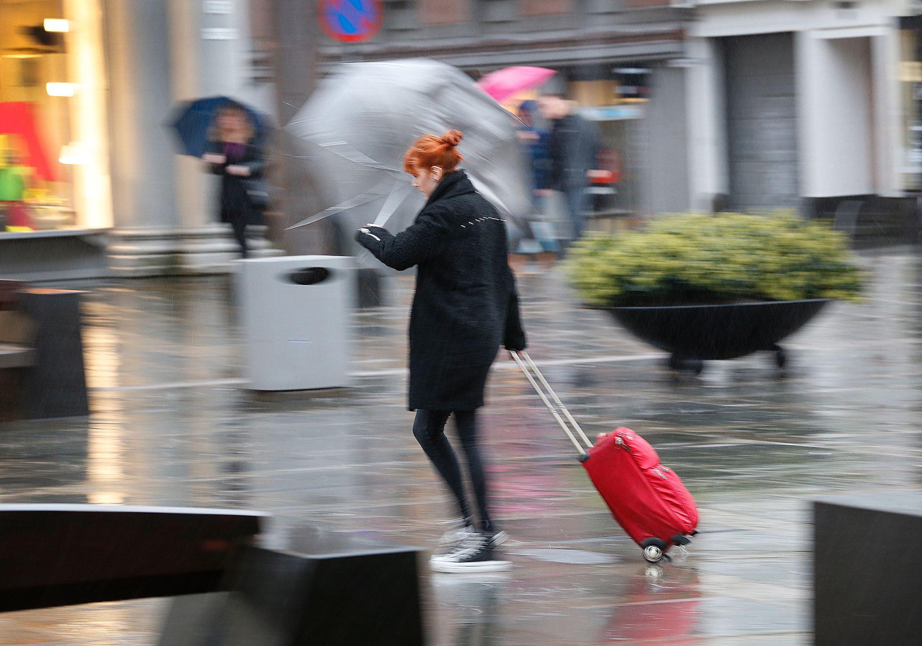 REGN OG VIND: Regnvær er ikke uvanlig på Torgallmenningen i Bergen, men det blir ekstra dårlig vær på nyttårsaften.