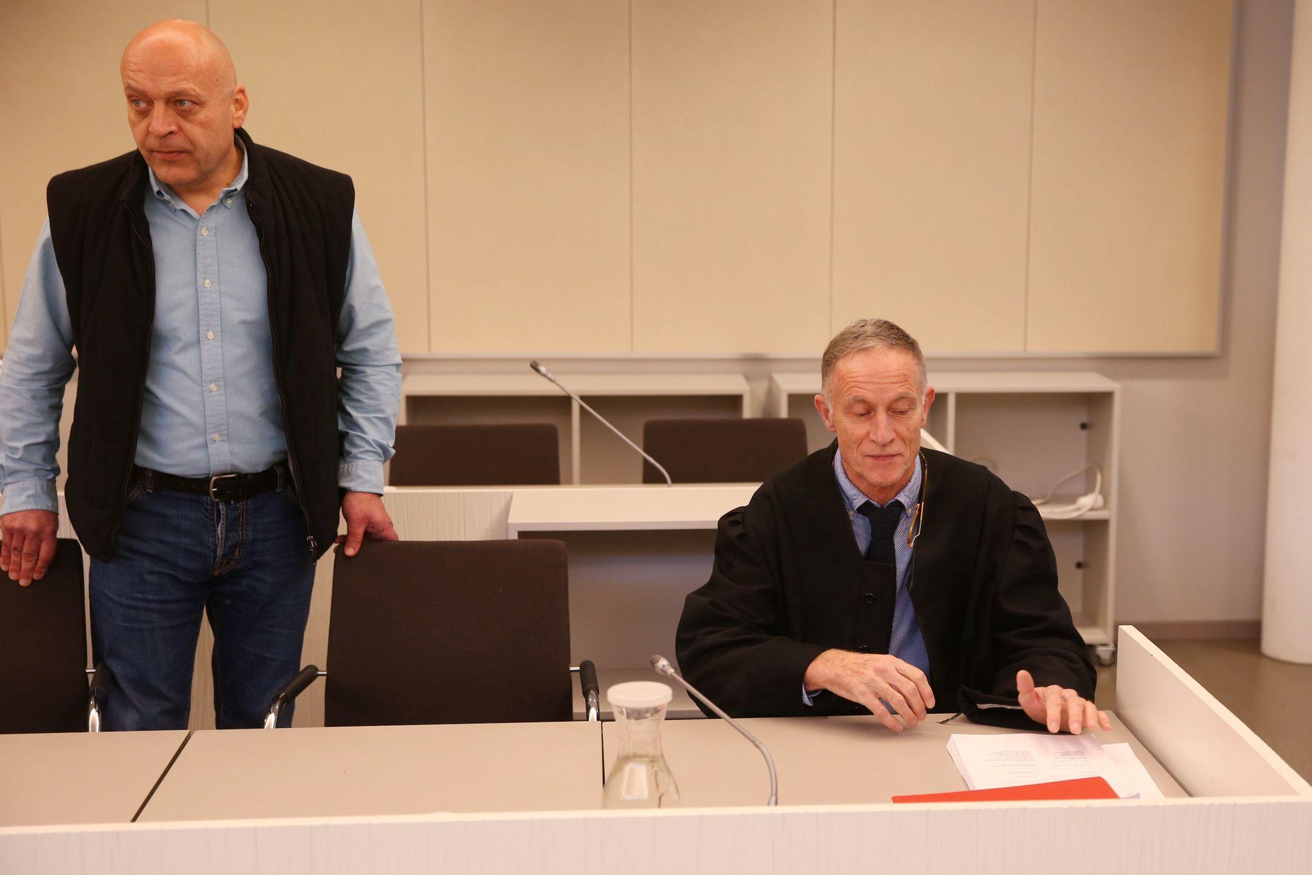 SLIPPER FØR: Gjermund Cappelen sammen med sin forsvarer, advokat Benedict de Vibe i Asker og Bærum tingrett mandag. Nå får han trolig flere langt flere dager fratrekk i dommen.