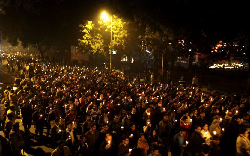 I SORG: Tusenvis av indere sørger over dødsfallet til den ukjente 23 år gamle kvinnen. Her fra New Dehli lørdag ettermiddag. Foto: Ap