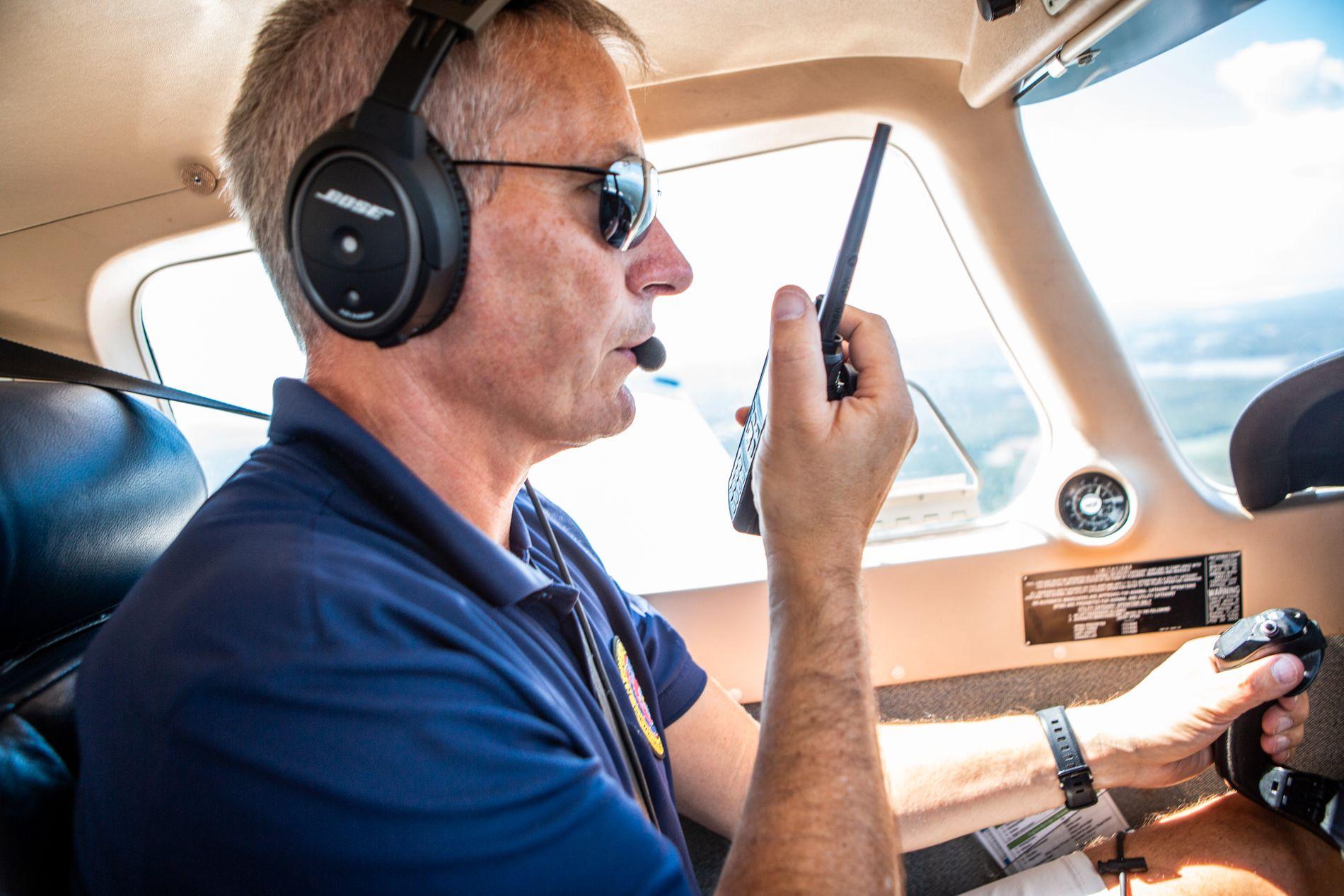 BISTÅR BRANNVESENET: Anders Ellefsen er en av de 15 pilotene i Rygge Flyklubb som er klarert brannpiloter