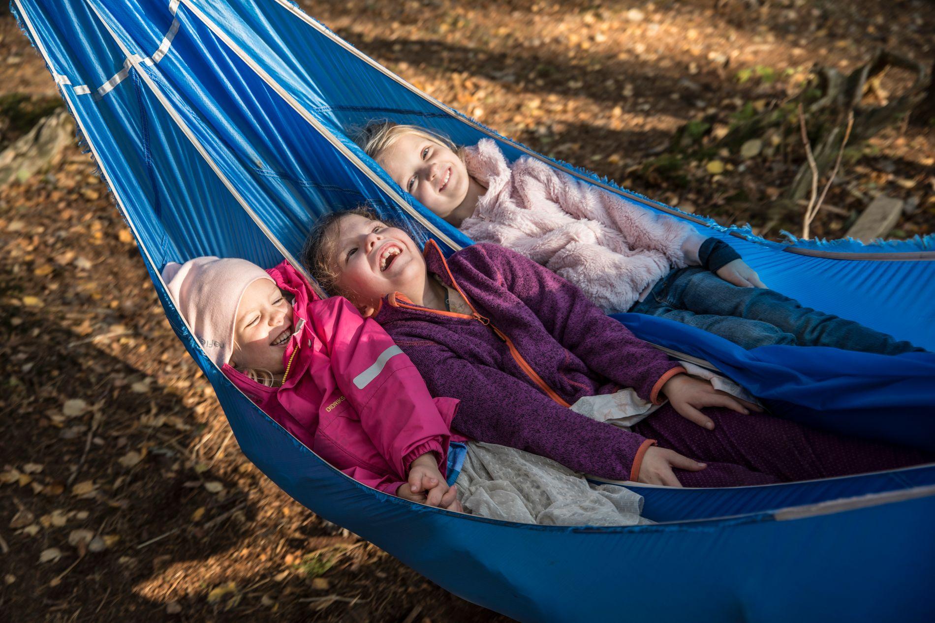 TAR DET ROLIG: Egentlig tilhører de skolen, som ligger ved siden av, men Frida Bjørnstad, Ingeborg Bjelland Nicolaysen og Celine Solem Stensbak er blant de siste seksåringene i landet som fortsatt går i barnehage.