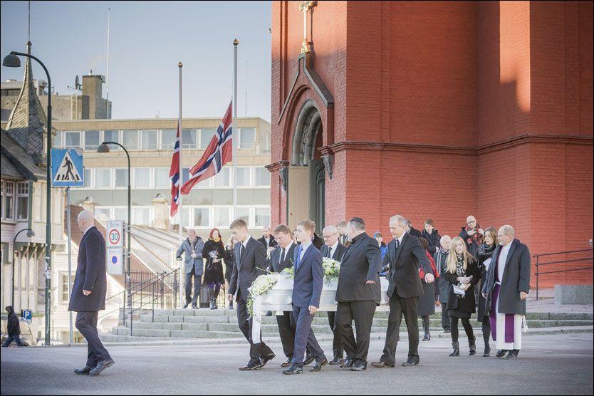 SISTE HVILE: Her bæres kisten med Morten Mølster ut av St. Petri-kirken i Stavanger etter bisettelsen tirsdag. Morten Abel er nummer sju fra høyre. Foto: Erik Holsvik/RA