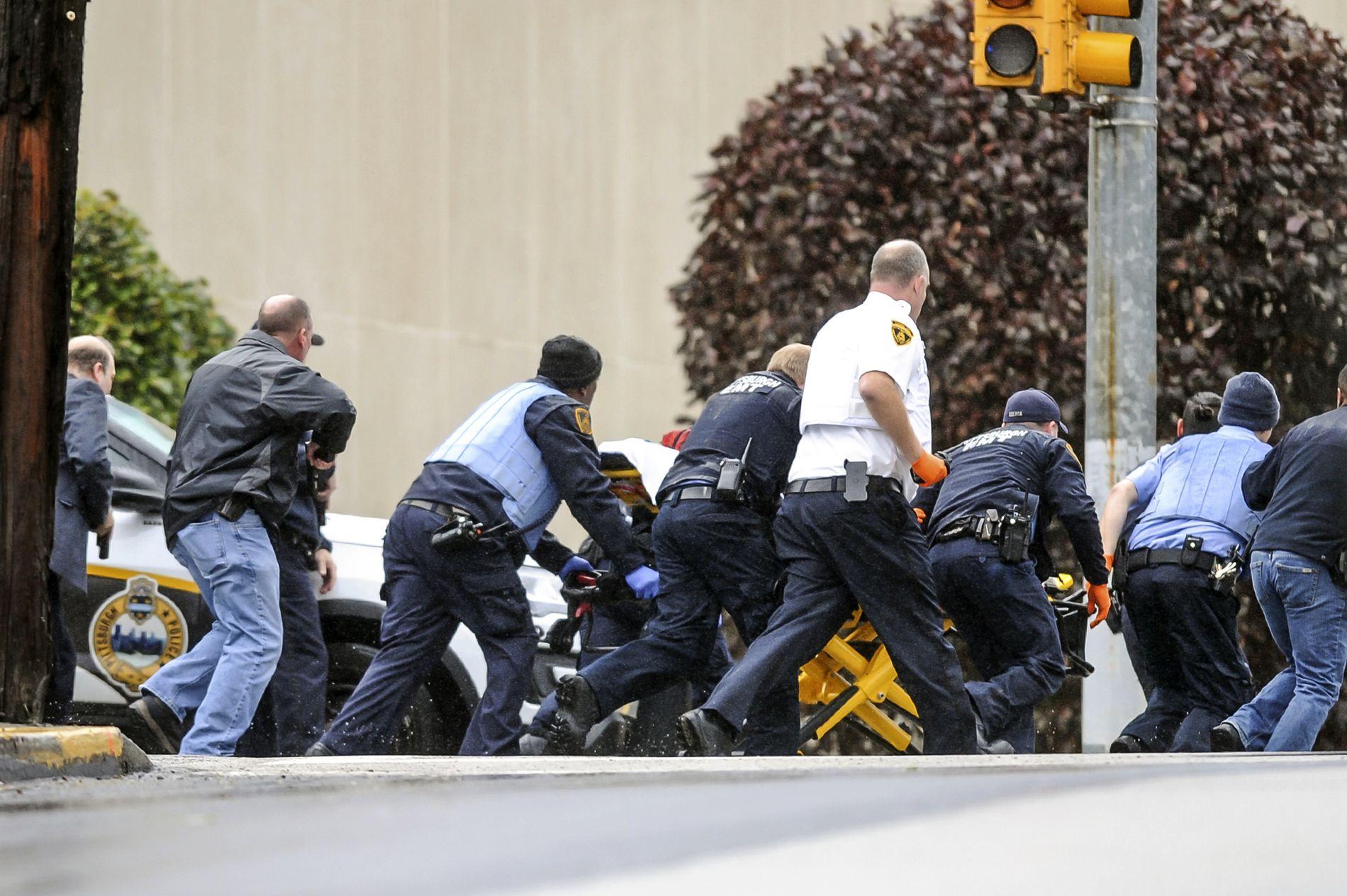HJELP: En skadet person fraktes bort fra åstedet.