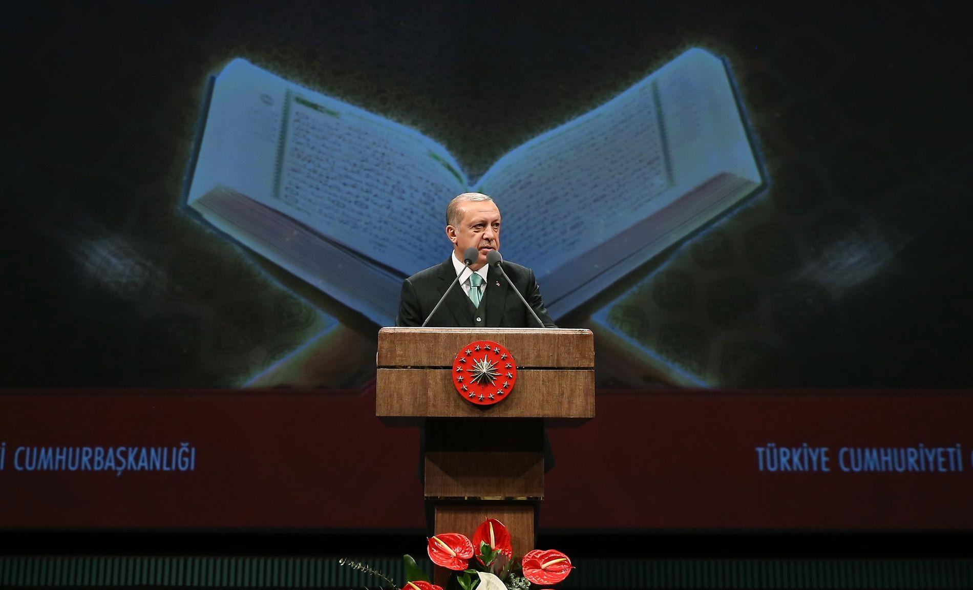 KORANEN BLIR VIKTIGERE: Tyrkias president Recep Tayyip Erdogan under åpningen av en konkurranse i å resitere fra koranen, som ble avholdt i Tyrkia i mai. Muslimenes hellige skrift har også fått en større plass i undervisningen.