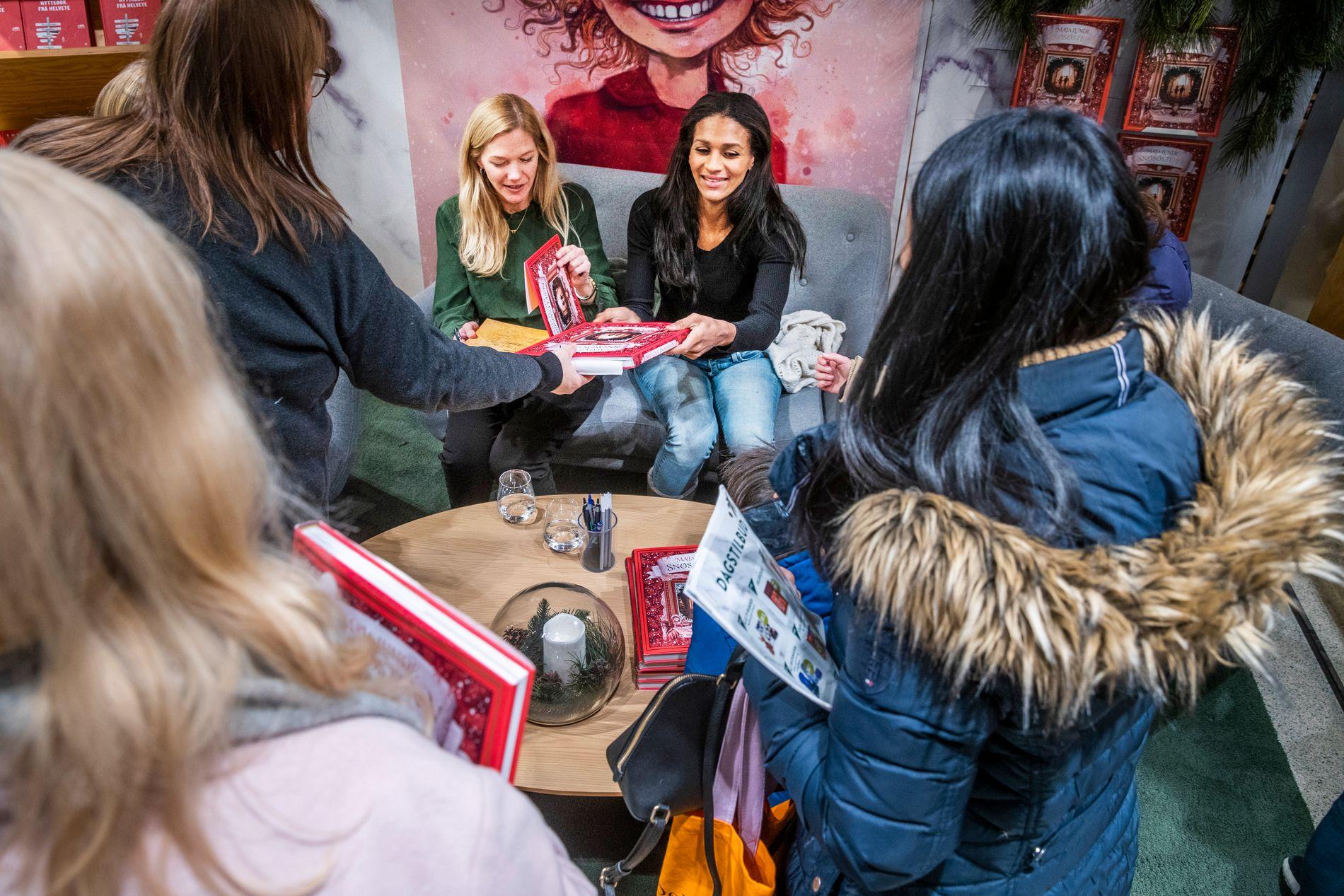 SIGNERINGSFERD: Forfatter Maja Lunde og illustratør Lisa Aisato signerte «Snøsøsteren» i Oslo onsdag. Bare siden boken kom i midten av oktober med et førsteopplag på 11.000 er de nå oppe i et opplag på 250.000 bøker.
