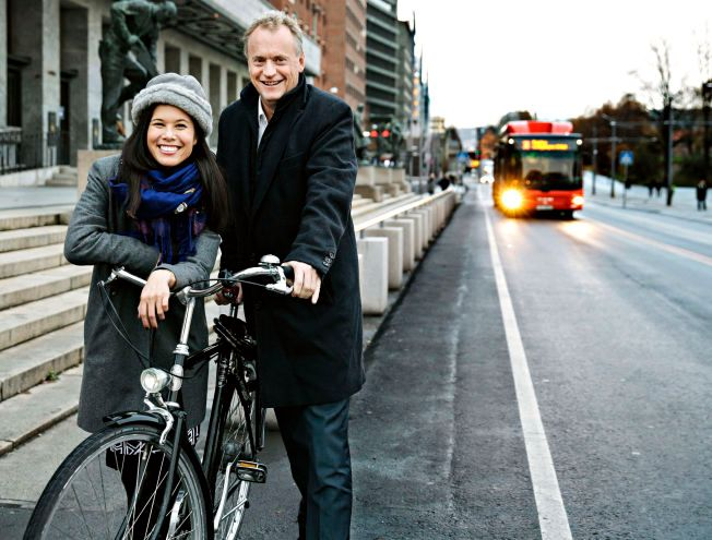 BILFRITT: Byrådsleder i Oslo Raymond Johansen og miljøbyråd Lan Marie Nguyen Berg vil ha flere Oslo-folk over på sykkel, men gir ikke fra seg kontrollen over parkeringsplassene i rådhuset.