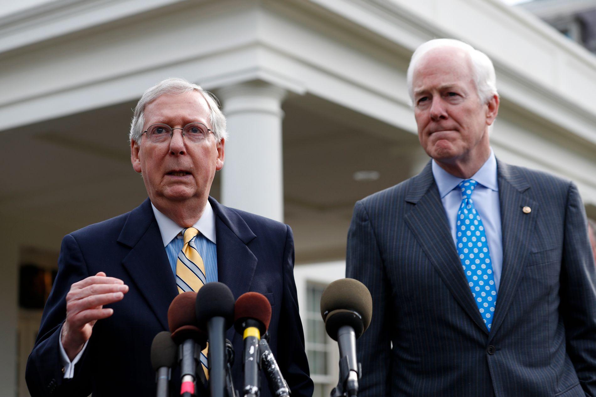 LETER ETTER STEMMER: Majoritetsleder i Senatet Mitch McConnell og innpisker John Cornyn møtte pressen utenfor Det hvite hus etter møtet med Trump tirsdag.