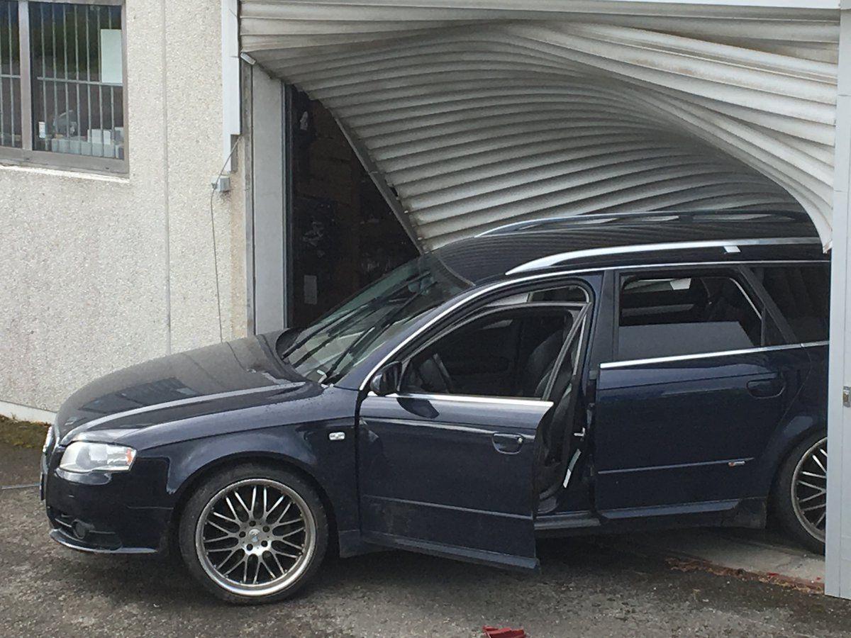 KOM SEG INN: 20 våpen ble natt til mandag stjålet etter at en bil kjørt inn i våpenforretningen Børselars på Dal i Akershus.