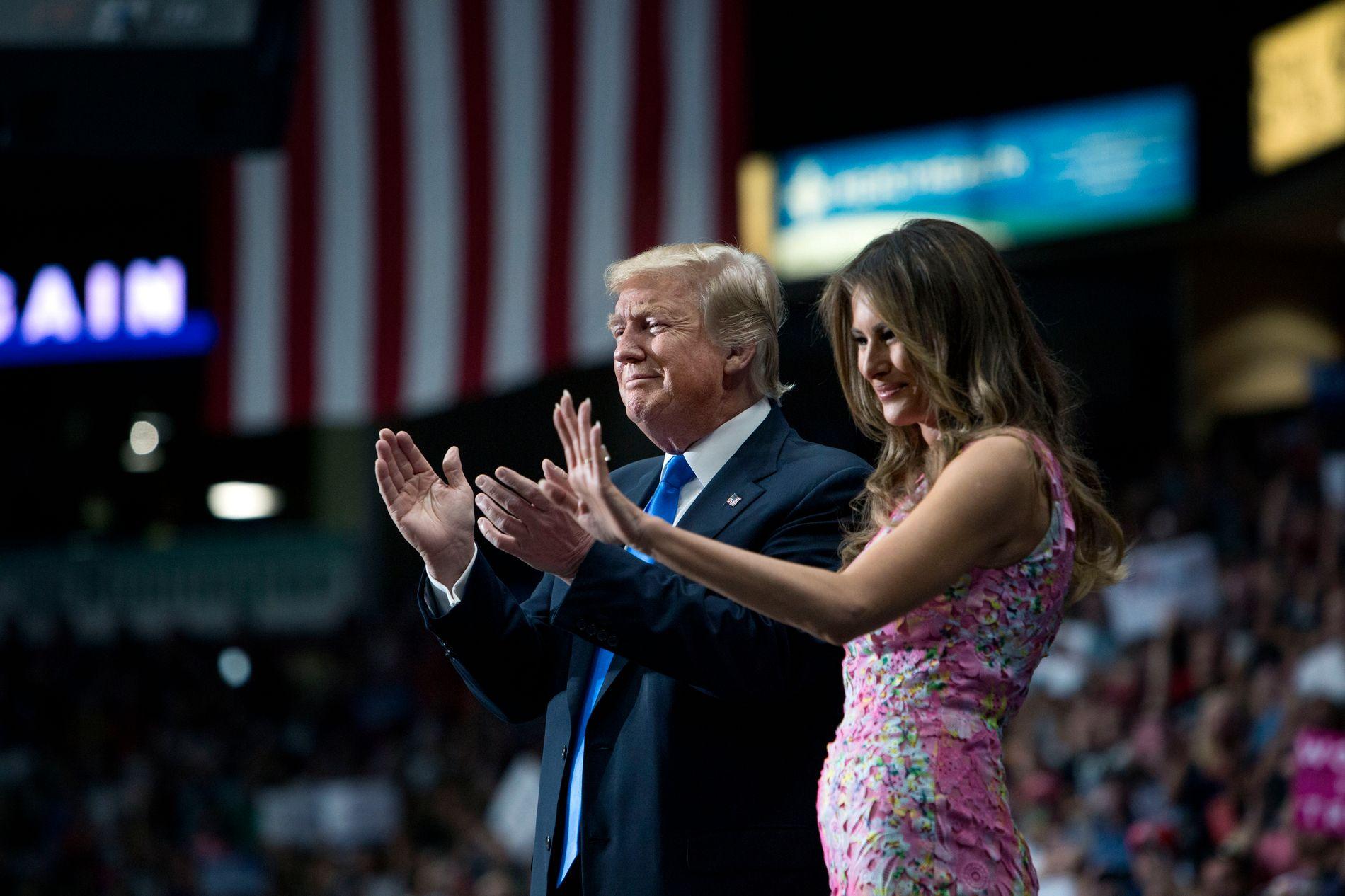 GIFT: Donald Trump her sammen med sin kone Melania under et arrangement i Youngstown, Ohio, tidligere i år.