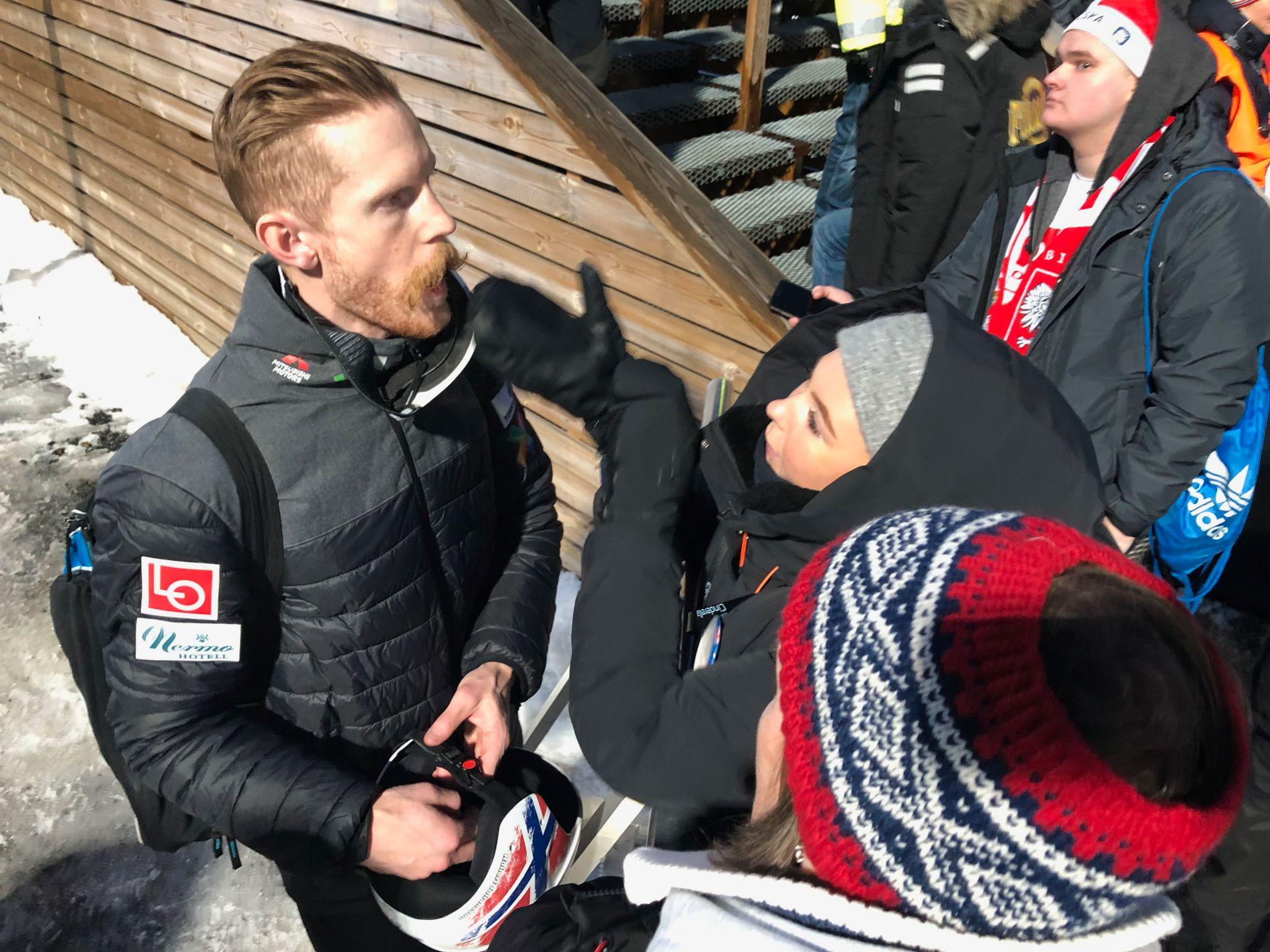 BLOMSTERLYKKE: På sletta i Vikersund ga han blomstene han vant til kjæresten Marlene Messel, som her trøster ham etter skuffelsen lørdag.