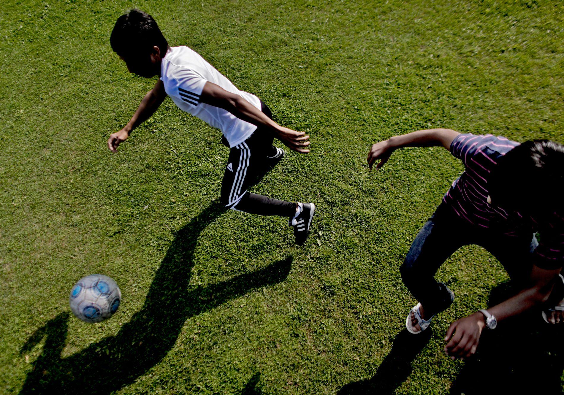 TILBYS PENGESTØTTE: Enslige mindreårige tilbys 42.000 kroner for å reise til Afghanistan i en ny UDI-avtale fra mai. Dette bildet viser enslige mindreårige som spiller fotball ved et mottak i Nordland. ss