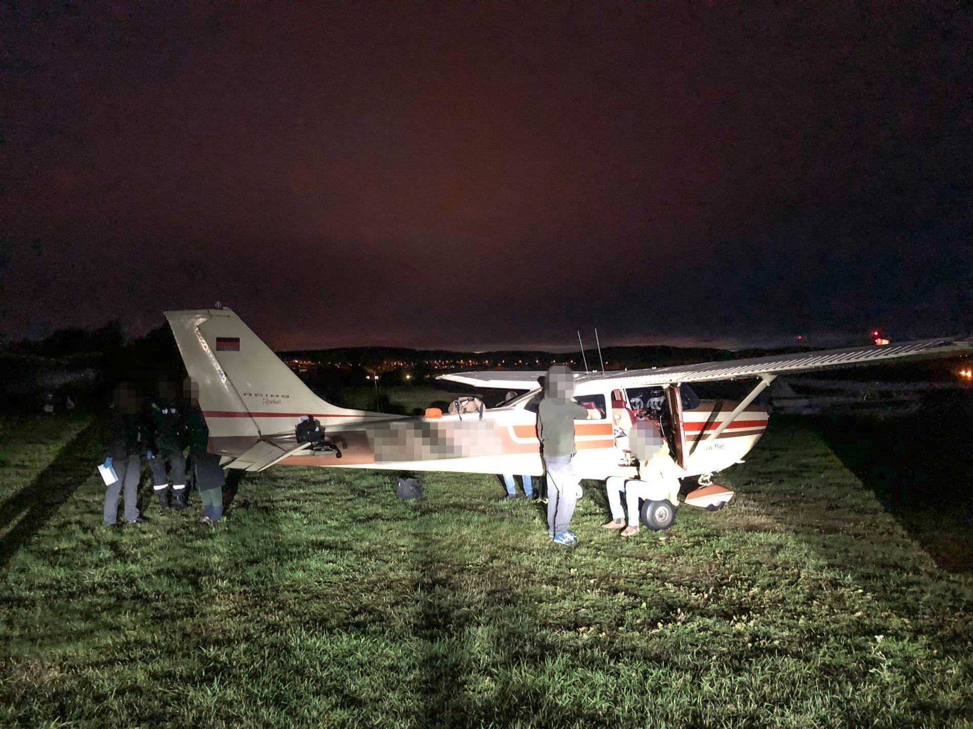 TATT PÅ FERSKEN: Da småflyet landet på Kjeller, ble partyfikseren og de to pilotene pågrepet av politiet.