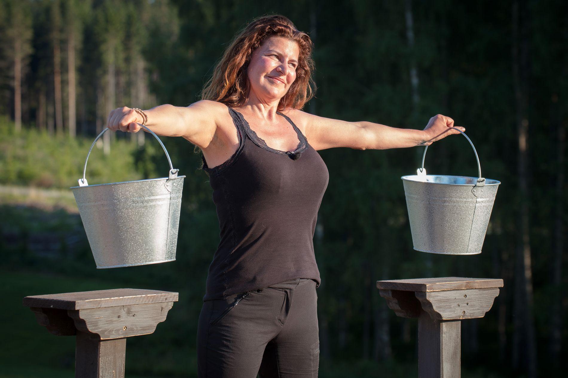 TAPTE I MELKESPANN: Donna Ioanna måtte seg seg slått i melkespann-holding  i søndagens episode av «Farmen kjendis».