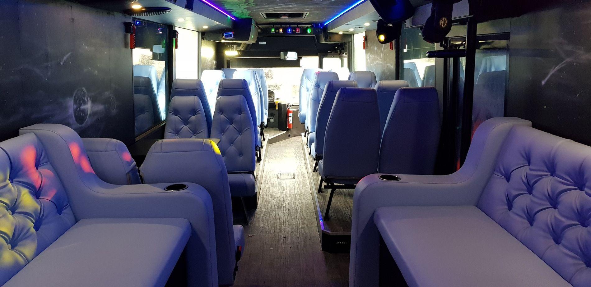 STANSET: Denne bussen ble stanset og avskiltet natt til søndag.