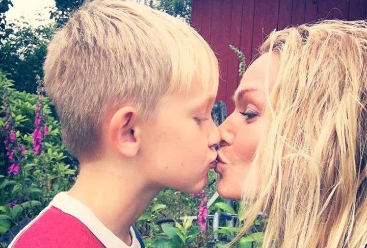 KYSSER PÅ MUNNEN: Marna Haugen deler ut kyss til sønnen Theodor (8).