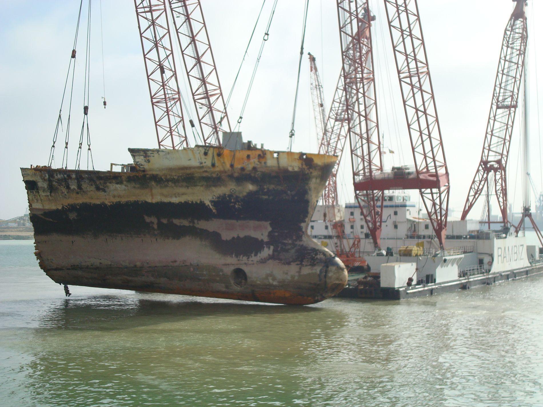 RYDDER OPP: Det er ikke første gang Henk Doornhein er med på å rydde opp etter forlis. Her heves baugen av kontainerskipet «Rokia Delmas», som gikk på grunn og ble brutt ned utenfor Frankrikes kyst i 2007.