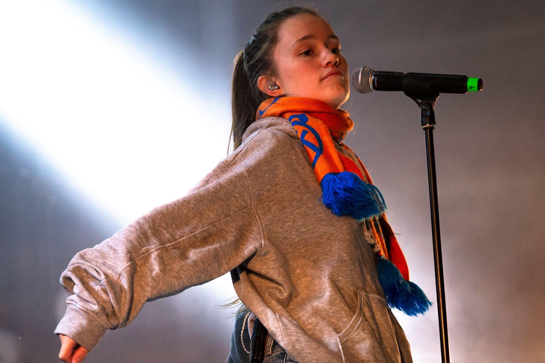 JAKTER PÅ HIT: Sigrid Solbakk Raabe, her under konsert på fotballstadion i hjembyen Ålesund.