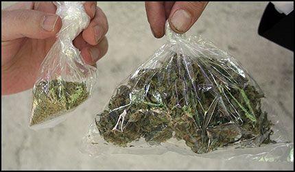 STOR FORSKJELL: Disse posene med marihuana veier like mye. Ifølge Johnny Linnerud er det fordi den minste posen er tilsatt små partikler med glass. Foto: Morten Ulekleiv Eng