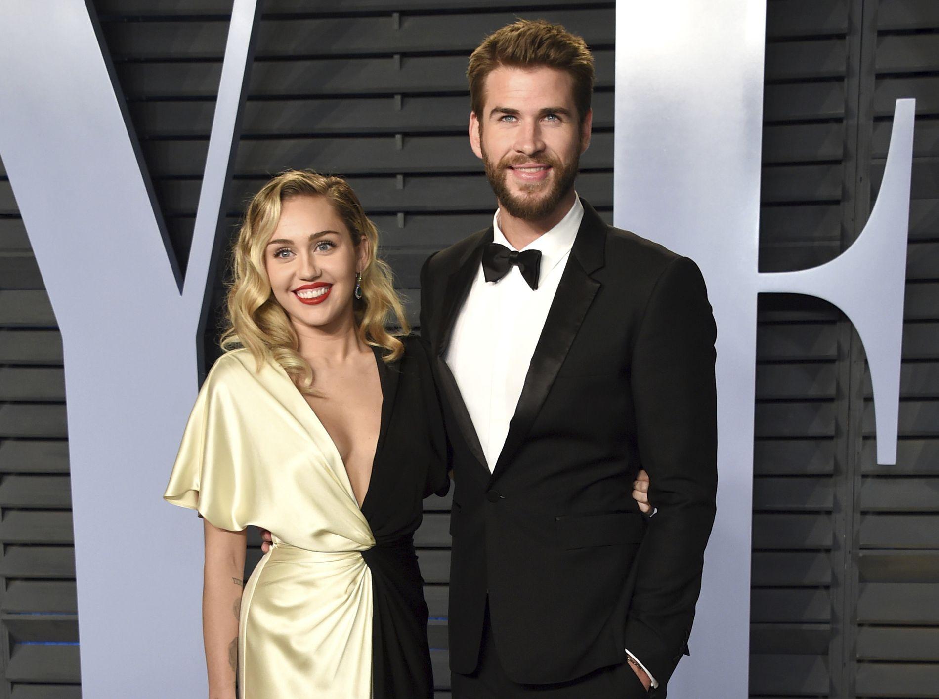 PROFILERT PAR: Artist Miley Cyrus (26) og skuespiller Liam Hemsworth (28) sammen på Vanity Fairs Oscar-fest tidligere i år.