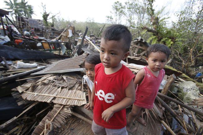 I RUINER: Da de evakuerte fikk retunere til hjembyen San Julian på Filippinene etter tyginen Hagupit i fjor, lå hjemmene deres i ruiner. Opptil 13 000 hus ble ødelagt av tyfonen, som også tok mer enn 20 menneskeliv.