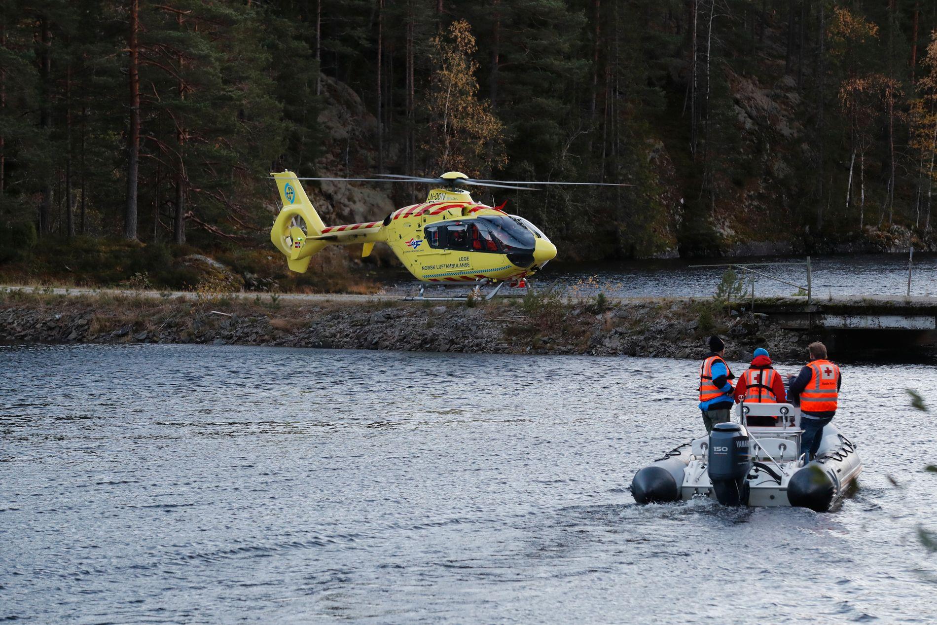LETER FORTSATT: Leting pågår etter en person som er savnet etter at en båt med totalt seks personer om bord kantret i Seljordsvannet i Telemark torsdag ettermiddag.