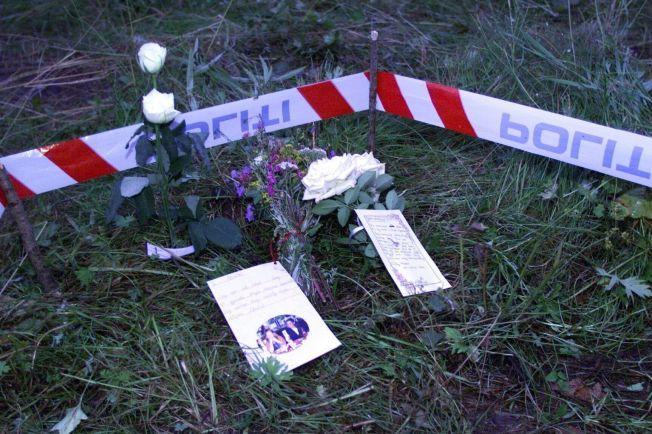 MINNESTED: Venner og kjente av den drepte Kristin Juel Johannessen la ned blomster og hilsner nær drapstedet.