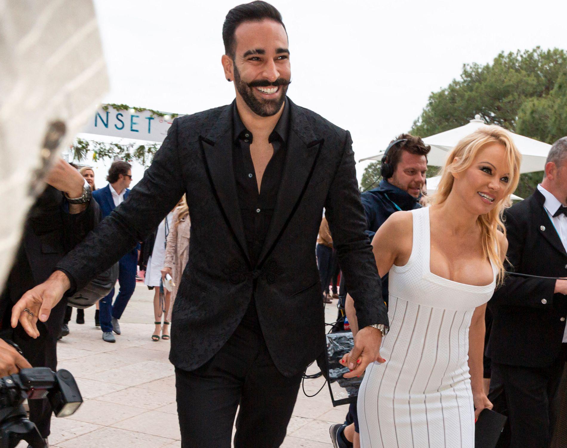 49939ded HÅND I HÅND: Adil Rami og Pamela Anderson på moteshowet i Monaco. Foto:  Piovanotto Marco/ABACA / ABACA